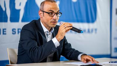 Ulf Baranowsky, Geschäftsführer der Spielergewerkschaft VDV, spricht während einer Pressekonferenz zu den Journalisten.