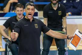 Bundestrainer Andrea Giani feierte mit den deutschen Volleyballern bei der EM einen Auftaktsieg.