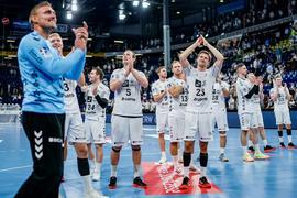 Die Spieler des THW Kiel feiern den Sieg gegen HBW Balingen-Weilstetten.