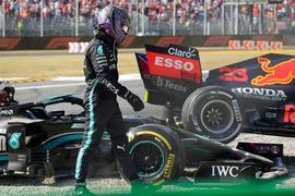 Lewis Hamilton vom Team Mercedes geht nach einem Zusammenstoß mit Red-Bull-Racing-Fahrer Verstappen an seinem Rennwagen vorbei.