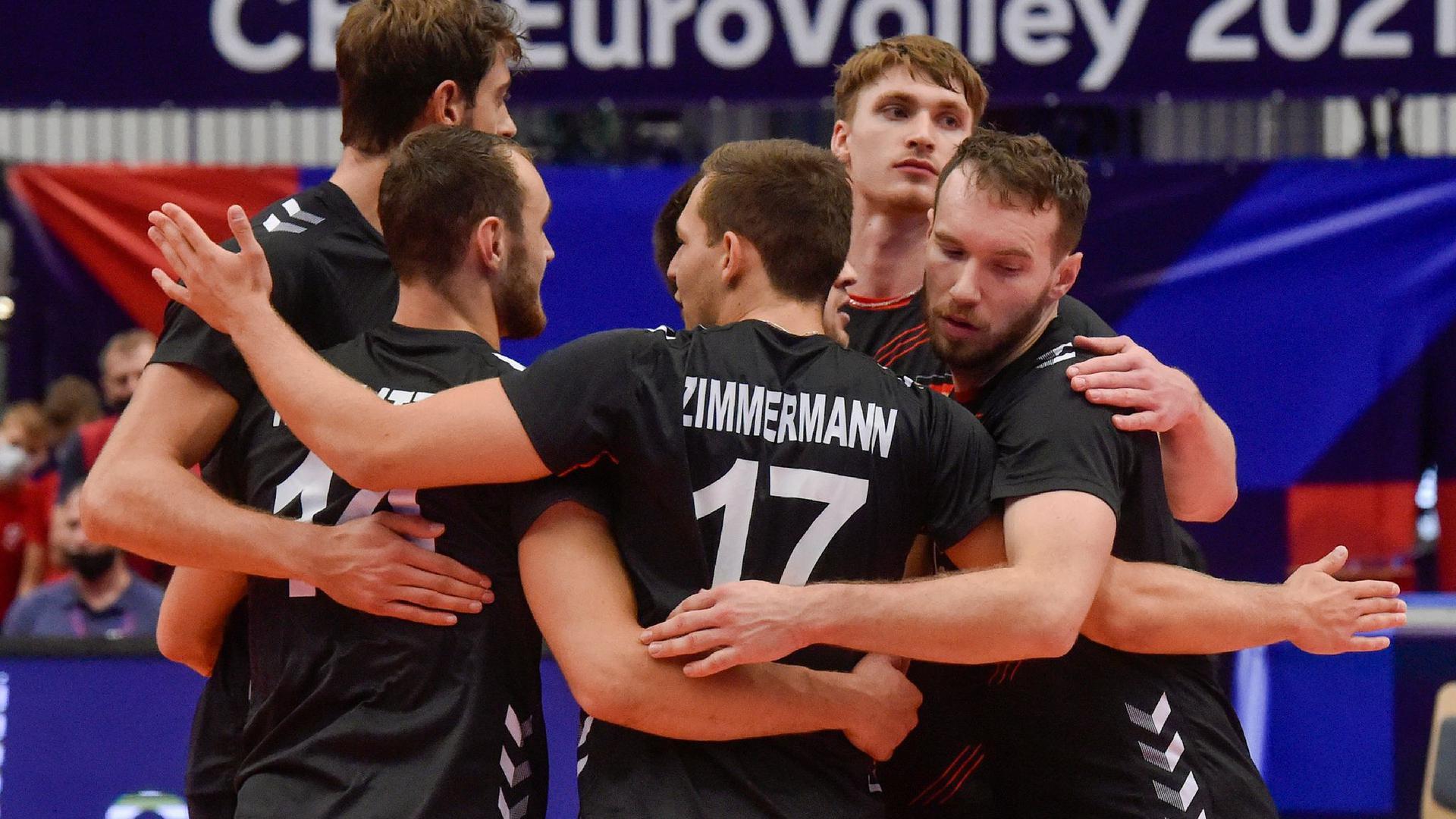 Die deutschen Spieler bejubeln einen Punktgewinn, scheitern am Ende aber an Italien.
