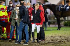 Marcus Ehning (2.v.r) steht nach seinem Sturz neben Sanitätern und Ärzten und Bundestrainer Otto Becker (r).