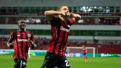 Leverkusens Torschütze Florian Wirtz (r) jubelt nach seinem Treffer.