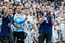 Kiels Trainer Filip Jicha (r) bejubelt gemeinsam mit seinem Asssistenzteam und den Ersatzspielern einen Treffer.