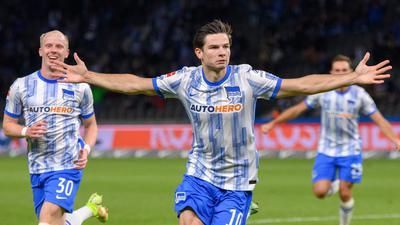 Jurgen Ekkelenkamp (M) feiert seinen Treffer für Hertha.