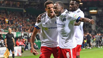Torschütze Robert Glatzel, Bakery Jatta und David Kinsombi (l-r) jubeln über die Hamburger 1:0-Führung im Nord-Derby.