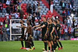 Bayerns Spieler feiern nach der fulminanten Partie den Sieg gemeinsam mit den Fans.