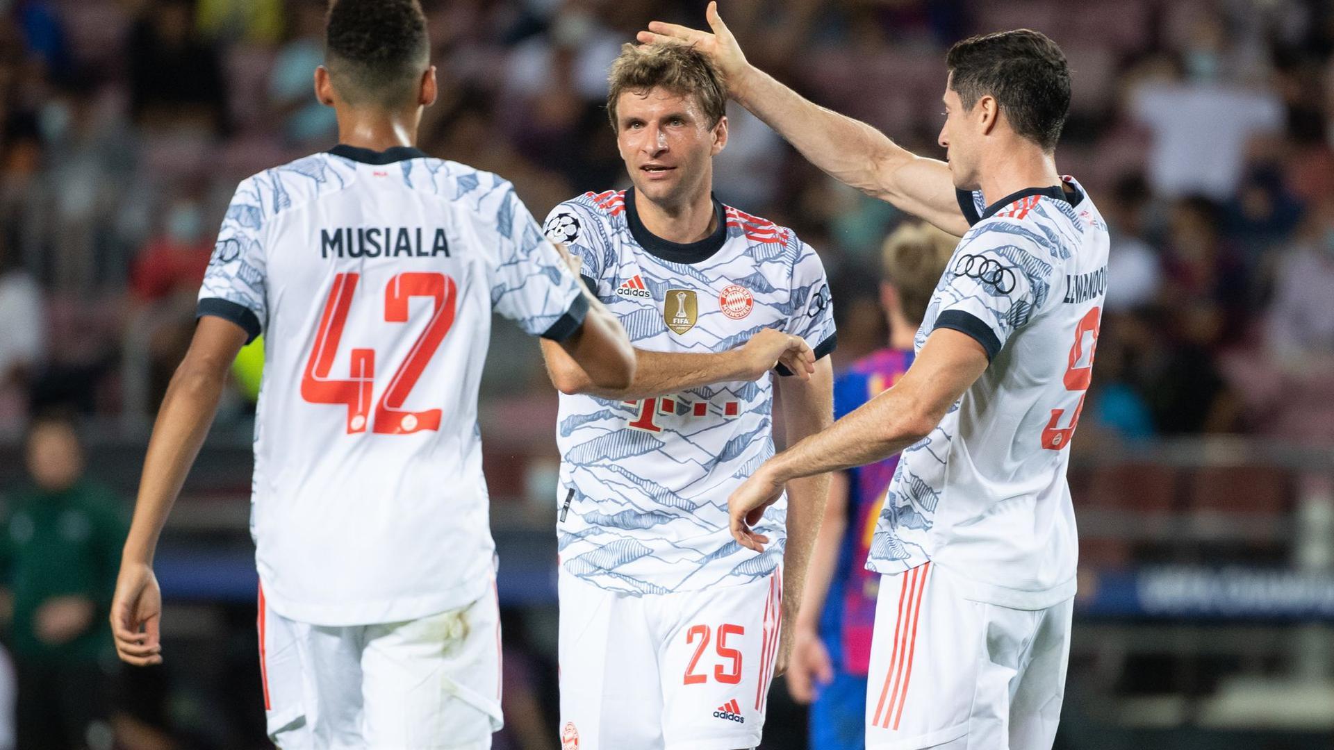 Auch die Trikots der Bayern-Stars um Jamal Musiala, Thomas Müller und Robert Lewandowski (l-r) sorgten für Aufsehen.