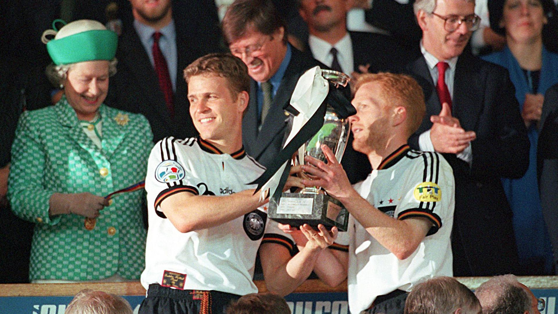 Oliver Bierhoff (M.), Matthias Sammer (r) und Co. wurden 1996 Fußball-Europameister.