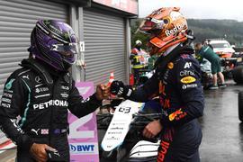 Max Verstappen (r) und Lewis Hamilton liefern sich einen spannenden Kampf um die Gesamtwertung.