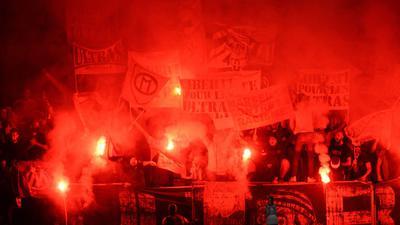 Fans von Marseille zünden Pyrotechnik während des Spiels in Angers. Nach dem Spiel gingen die Anhänger beider Clubs aufeinander los.