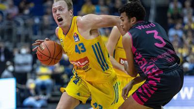 Albas Luke Sikma (l) wird von Bonns Tyson Ward verteidigt.
