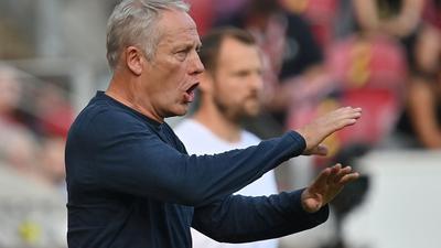 Trainer Christian Streich gestikuliert.