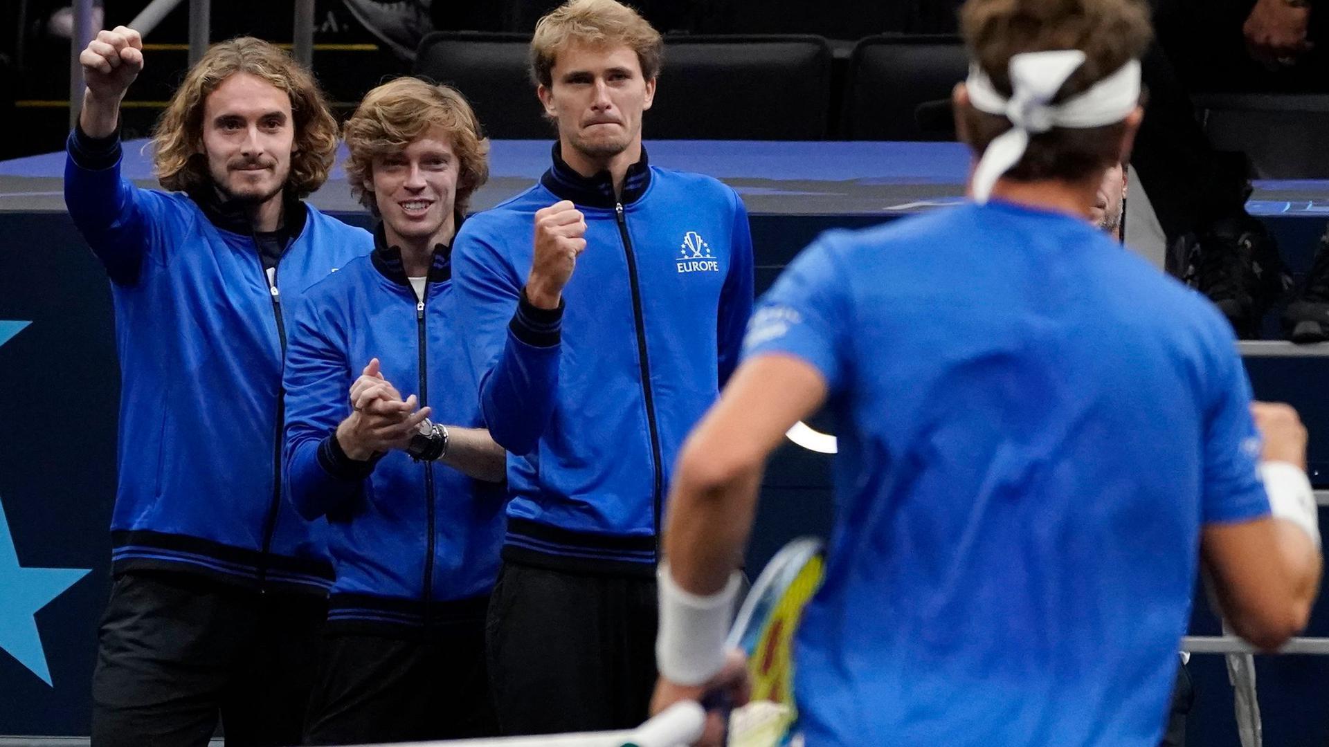 Spieler von Team Europa, (v.l.n.r.) Stefanos Tsitsipas, Andrey Rublev und Alexander Zverev.
