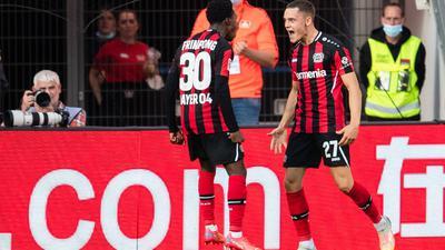 Leverkusens Jeremie Frimpong (l) und Torschütze Florian Wirtz jubeln nach dem Treffer zum 1:0.