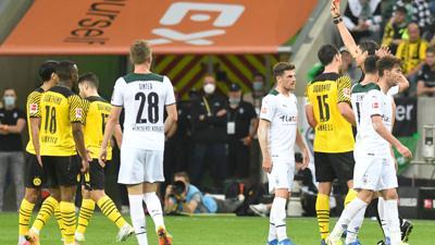Schiedsrichter Deniz Aytekin (3.v.r) stellt Dortmunds Mahmoud Dahoud (l) vom Platz.