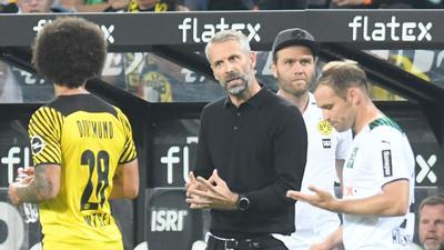 Dortmunds Trainer Marco Rose (M) gibt Axel Witsel (l) Anweisungen.