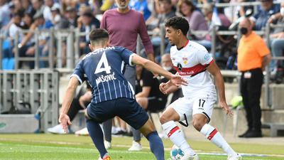Stuttgarts Omar Marmoush (r) versucht sich im 1:1-Duell an der Seitenlinie gegen Bochums Erhan Masovic durchzusetzen.