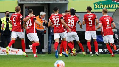 Der SC Freiburg verabschiedet sich mit einem :  gegen den SCAugsburg aus dem vor 67 Jahren errichteten Dreisamstadion.
