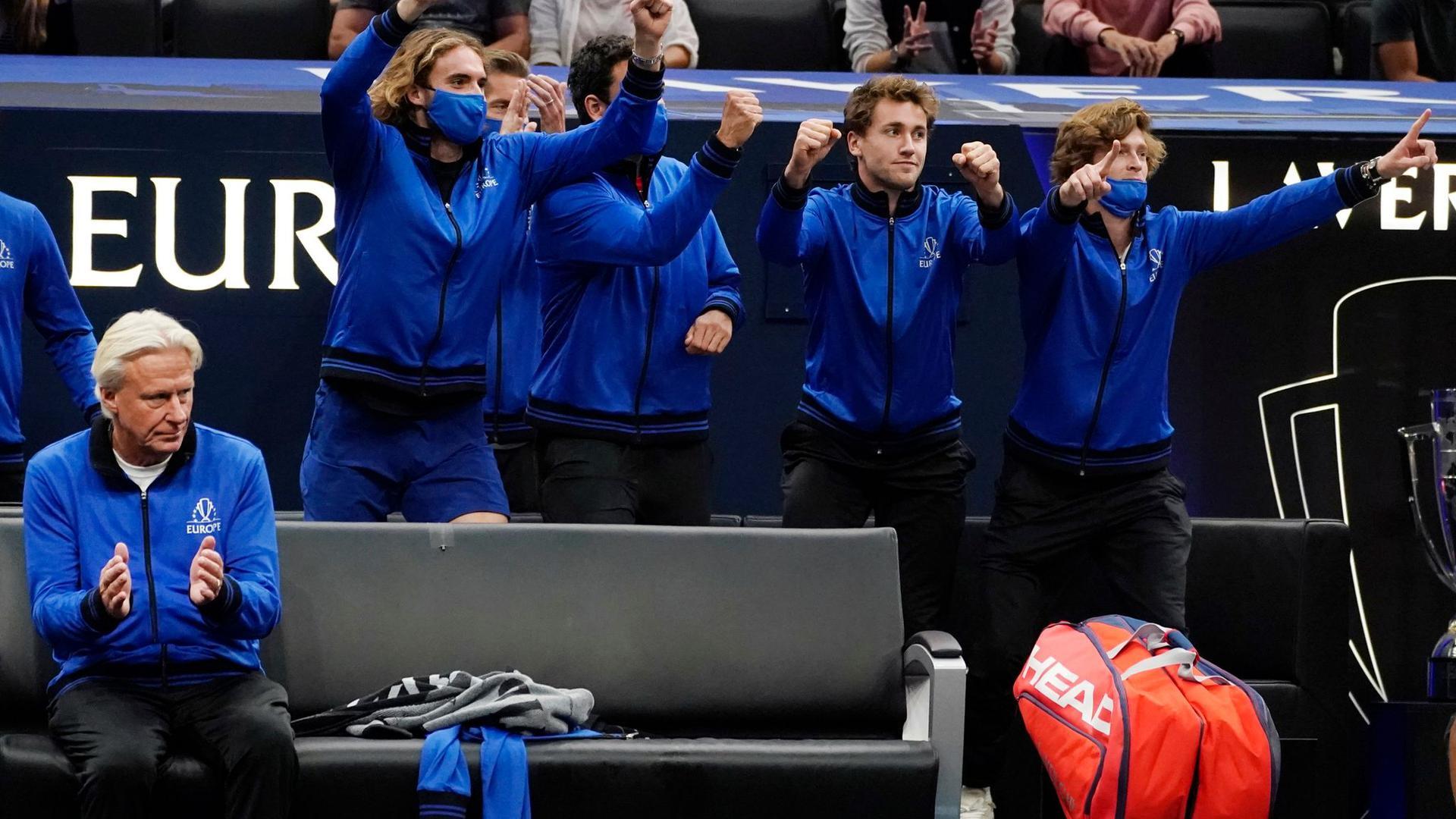 Bjorn Borg (l), Kapitän vom Team Europa, und seine Teamkollegen feiern den Sieg von Alexander Zverev über John Isner.