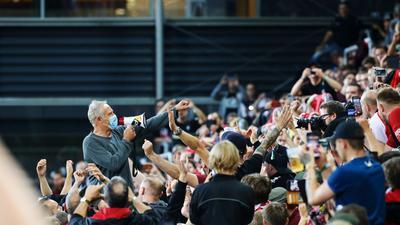 Freiburgs Trainer Christian Streich verabschiedet sich nach dem 3:0-Erfolg gemeinsam mit den Fans vom altehrwürdigen Dreisamstadion.