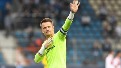 Bochums Torwart Manuel Riemann winkt den Zuschauern zu, nachdem sich der VfL Bochum und der VfBStuttgart mit einem Remis getrennt haben.