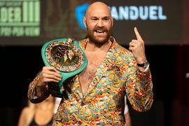 Muss erneut gegen Deontay Wilder ran: Tyson Fury gestikuliert bei einer Pressekonferenz mit seinem Gürtel.
