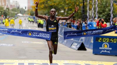 Benson Kipruto aus Kenia durchbricht das Zielband und siegt bei der 125. Auflage des Boston Marathons.