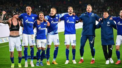 Schalkes Spieler feiern den Last-Minute-Sieg in Hannover vor ihren mitgereisten Fans.
