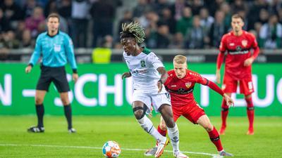 Gladbachs Kouadio Kone (l) und Stuttgarts Chris Führich kämpfen um den Ball.