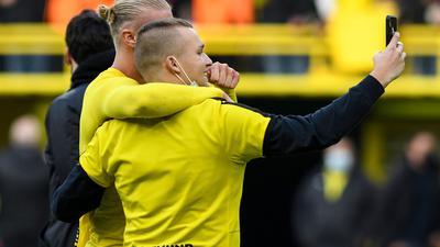 Erst Matchwinner, dann mit Fannähe: Dortmunds Stürmer Erling Haaland macht nach dem Sieg gegen Mainz ein Selfie mit einem Fan.