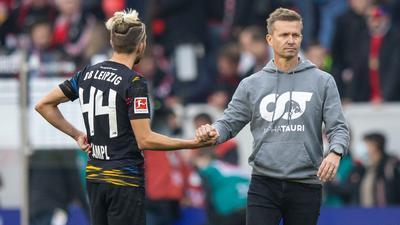 Leipzigs Trainer Jesse Marsch (r) bedankt sich nach dem Spiel mit Handschlag bei Kevin Kampl.