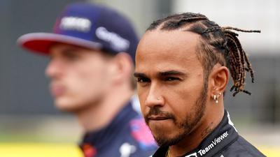 Will mit seinem sechsten Sieg in Austin wieder an Max Verstappen (hinten) vorbeiziehen: Lewis Hamilton.