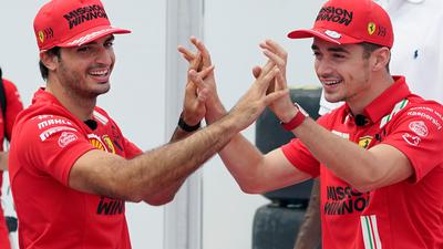 Ferrari-Pilot Charles Leclerc (r) reiste verspätet an.