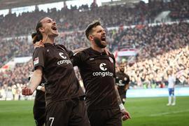 Der FC St. Pauli festigt seine Tabellenführung.