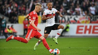 Union Berlins Timo Baumgartl (l) und Stuttgarts Nikolas Nartey kämpfen um den Ball.