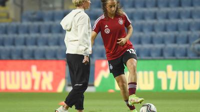 """Der Fußball sei """"noch sehr in sich männerorientiert"""", sagt Frauen-Bundestrainerin Martina Voss-Tecklenburg (l)."""
