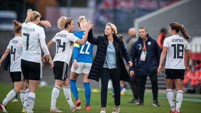 Zufriedene Bundestrainerin: Martina Voss-Tecklenburg (M)feiert mit ihren Spielerinnen den Sieg gegen Israel.