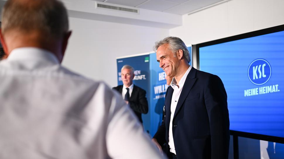 Der neue Vizepraesident Martin Mueller (r) freut sich ueber die Wahl.