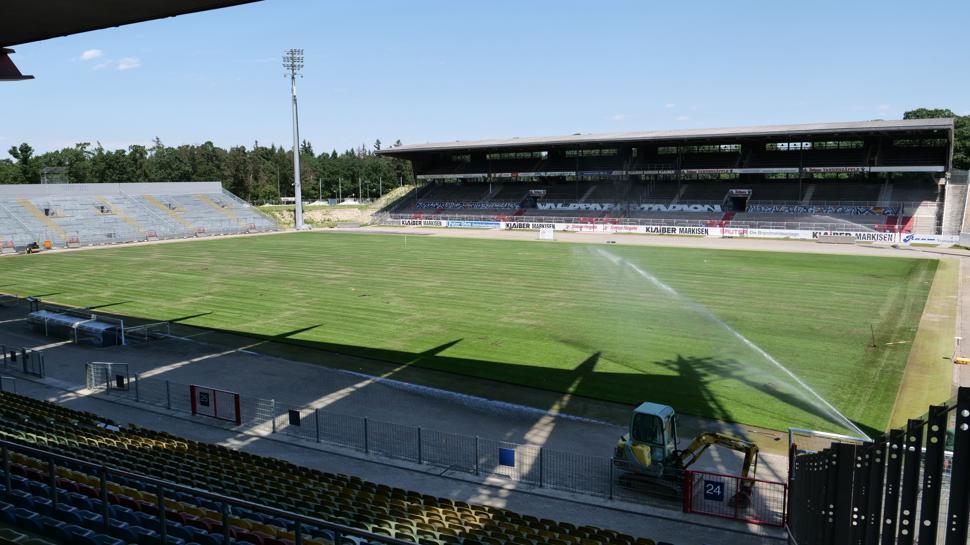 Neuer Rasen Wildparkstadion wurde verlegt